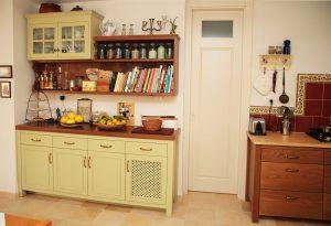 בחירה נכונה של מטבחים:ארון כפרי מעץ