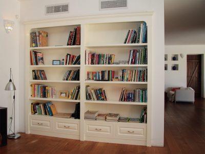 ספרייה מעץ בצבע